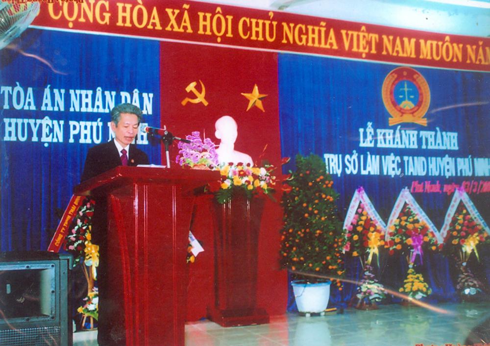 Đồng chí Trần Ngọc Triều – Nguyên Bí thư Ban cán sự đảng, Nguyên Chánh án TAND tỉnh Quảng Nam phát biểu tại Lễ khánh thành trụ sở TAND huyện Phú Ninh